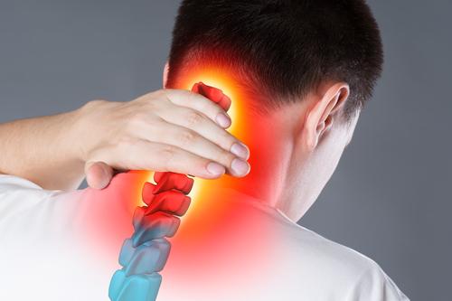 Come il tratto cervicale può influenzare il mal di testa la testa confusa